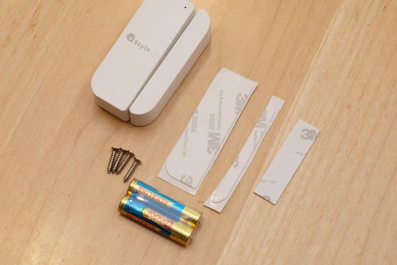 固定用の両面テープやネジなどが付属している