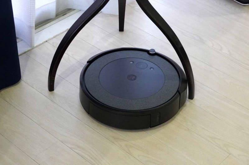 家具の足まわりも入り込んで回転しながらしっかり掃除