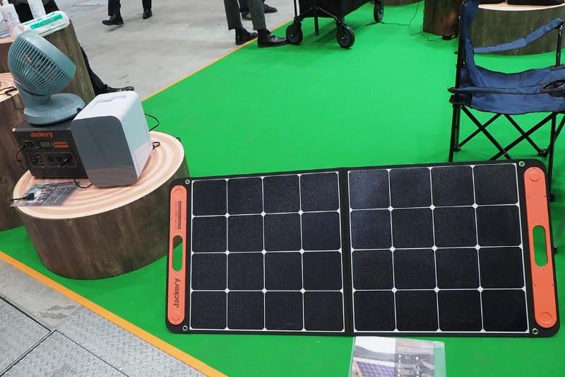 充電用のソーラーパネル「SolarSaga」(右)などもラインナップしている