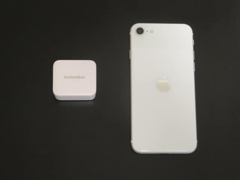 コンパクトな本体。iPhone SE(第二世代)と比べたところ
