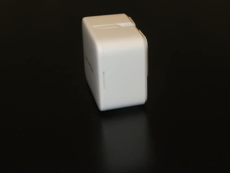 前面のカバーを外して電池交換する。本体横のツメからカバーを外せる