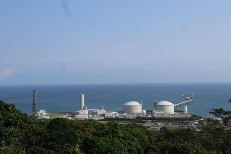 沖縄で唯一のコンバインドサイクル型LNG火力発電所。右側の丸屋根が備蓄タンクで、煙突脇の四角い2つの建屋が2機の発電機
