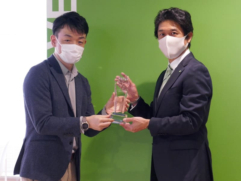 アイロボットジャパン 代表執行役員社長の挽野元氏(右)にトロフィーが手渡された