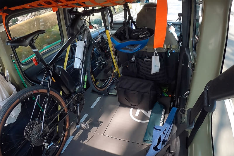 走行中にe-bikeも多少揺れるが不安はない。ご覧のとおり右側にスペースがあるので、荷物も積めるし現地で着替えが必要ならe-bikeを積んだままでも可能だ