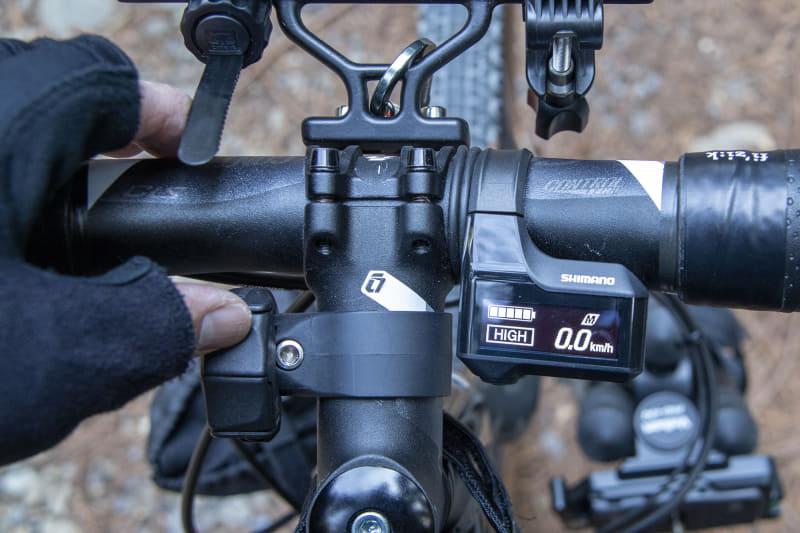 左側にあるのがモード切替のスイッチ。走行中でも操作しやすいサイズだ。操作すると電子音が鳴る(設定で消音も可能)ので、ディスプレイを見なくても変更の確認ができる