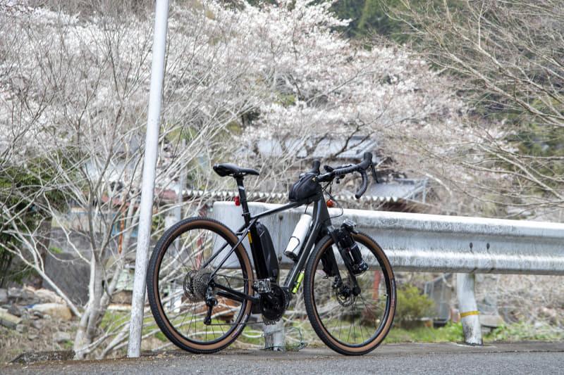 林道までの道はクルマも通らず走りやすいし、桜の時期だったので風景もいい。ちなみにペダリングに余裕があるe-bikeは、上り坂でもふらつくことなく走れるのもポイント。後ろからクルマが来た時にふらつくことなく左端に寄れると安全だし、抜くほうにも余計な緊張を与えずに済む