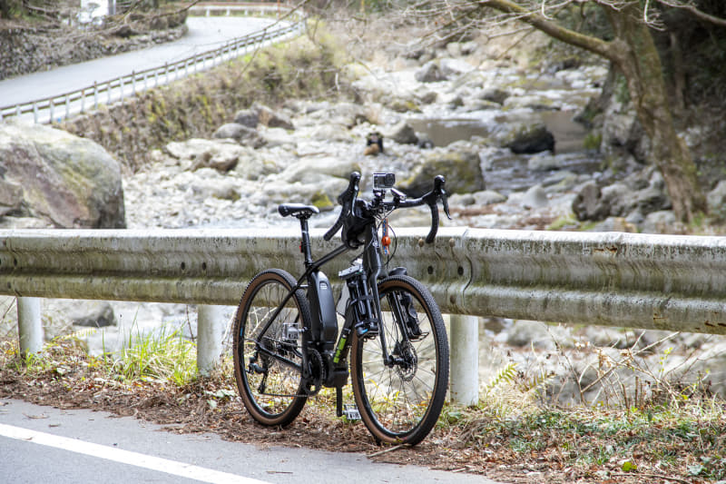 撮影のために上り坂の途中でちょこちょこ停車したけれど、漕ぎ出しのアシストが効くe-bikeなので再スタートも楽だ。風景写真を撮りながらツーリングしたいと考えている人にもe-bikeは向いているだろう。なお、シマノSTEPSのアシスト特性はモーター的な急な立ち上がりではなく、リニアにトルクが出る感覚