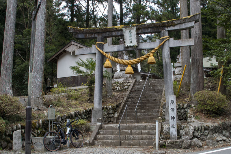 林道の入口に神社がある。そこで山に入ることを地元の神様にご挨拶。そこそこの段数がある石段を上って境内へ入るのだけど、足はまだ余裕があるのでこの程度の石段はまるで苦にならなかった