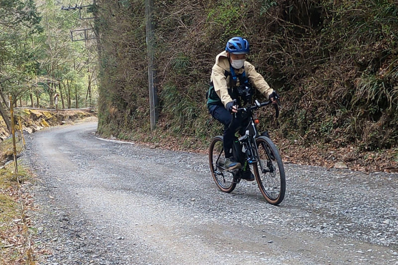 未舗装区間では路面抵抗も増えるのでギアを落として走行。ケイデンスは上がるので息づかいは荒くなるが、脚力的に止まりそうになるようなことはない。e-bikeで良かったと思う場面だ