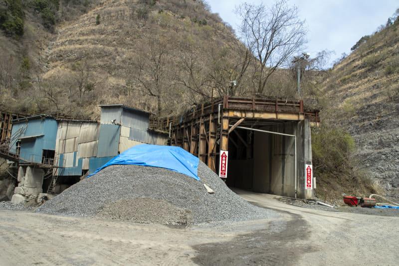 未舗装区間の途中には採石場がある。上って行くと「道を間違えた?」という感覚になるところ