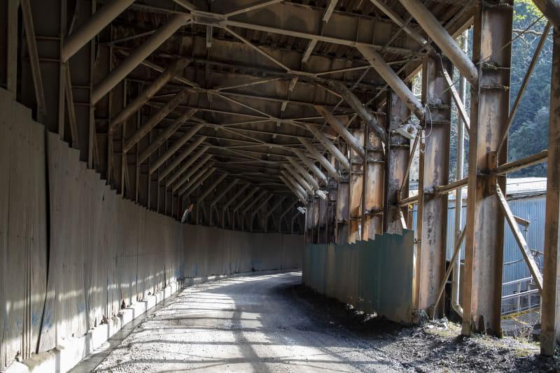 画像右にあるトンネルを通ると先に行ける。トンネル内も未舗装だが抜けると舗装路になる