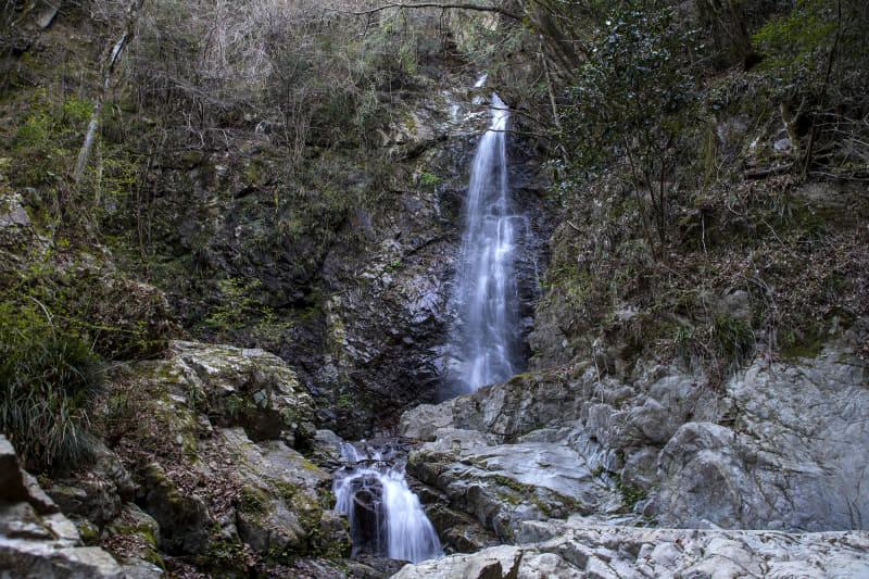 これが払沢の滝。雨が降った後なので水量もあった。水際まで行けるがこの水は地元の方の飲料水になるそう。きれいで手を入れたくなるが、ご時世的に見るだけにしておきたい