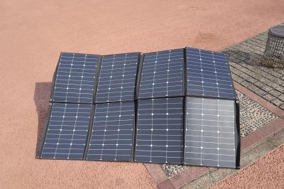 別売りの太陽光パネルから充電