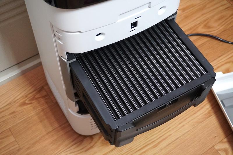 もっとも大きな集塵フィルターは水洗い可能(専用のブラシも付属する)