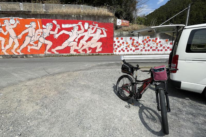 飯能市の下名栗(しもなぐり)にある公共駐車場にクルマを止め、一時的な拠点としてサイクリング開始。名栗湖(なぐりこ)への上り口にあり、すぐ近くに公衆トイレもあります。ただし登山目的などでの長時間駐車は禁止されています