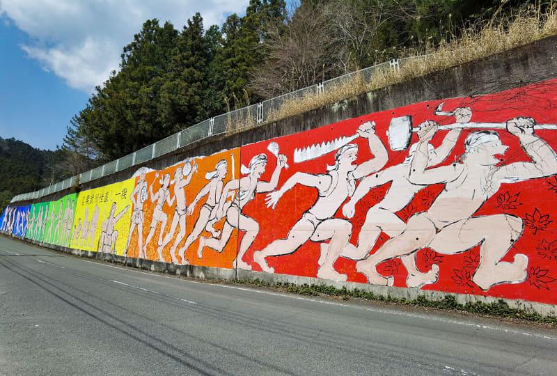 この坂を上ると名栗湖。約1kmほどの坂ですが、けっこう急坂。自転車で上る人はあまり見かけません。道路沿いには「名栗武州世直し一揆」の壁画が。幕末の1866年に名栗エリアを中心に発生した一揆で、東京都や群馬県にまで広がった大規模な一揆だったそうです