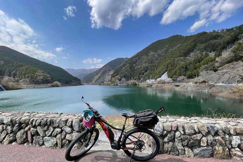 走り始めるとすぐに名栗湖へと到着。晴天!!