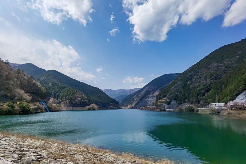 """名栗湖は<a href=""""https://www.pref.saitama.lg.jp/a1001/doboku-sansaku/arimadam.html"""" class=""""n"""" target=""""_blank"""">有間(ありま)ダム</a>にせき止められた湖です。カヌー遊びや釣りなんかもできますヨ♪"""