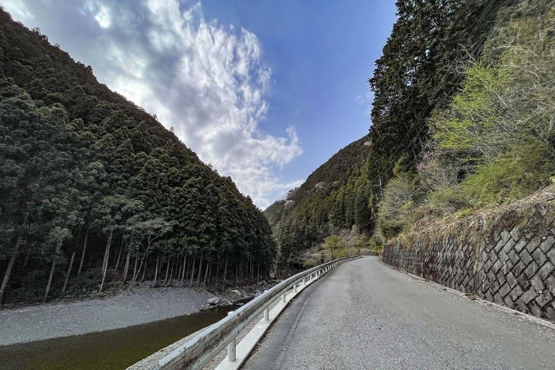 """名栗湖西端から西へ続くヒルクライムルート。この先には<a href=""""https://www.arimakeikoku.jp"""" class=""""n"""" target=""""_blank"""">「有間渓谷観光釣り場」</a>があり、さらにその先には有間峠(ありまとうげ)へと続く林道・広河原逆川線(ひろかわらさかさがわせん)があります"""