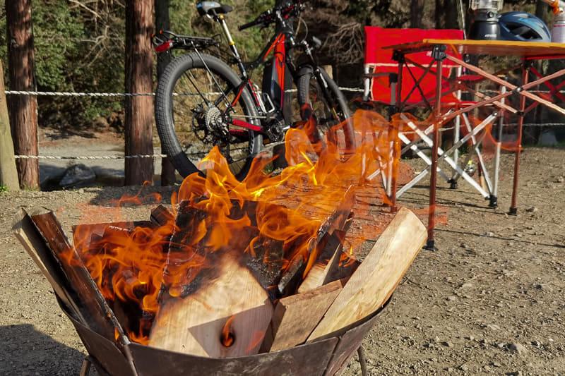 さっそく焚き火。直火は禁止のキャンプ場で、焚き火台はレンタルしています。自転車をバックにして焚き火を撮ると、なんか独特の雰囲気が出ますね~。焚き火サイクリング、アリかも!!