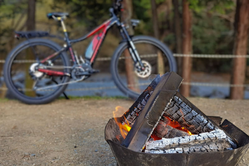 燃える炎を眺めていると、あっという間に時間が経ってしまいます。薪もだいぶ使いました。いや使い放題なのでまだまだ燃やせますが……