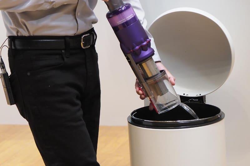 ゴミ捨てはボタンを押して~クリアビン部を前に押し出す、またはスティック部を手前に引く動作で行なえる