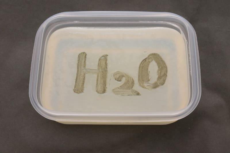 水道水のほうは、カビ菌が元気に育ち文字がはっきり見える