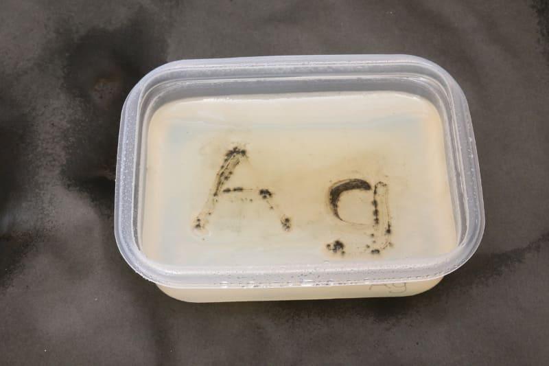 銀イオン水の培地には、文字がかすむほどしかカビ繁殖しておらず、周りにも飛び火していない