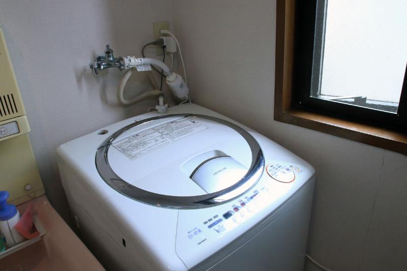 ご覧の通り2003年製! の日立の洗濯機にも、シャープの最新銀イオンホースを取り付けられた