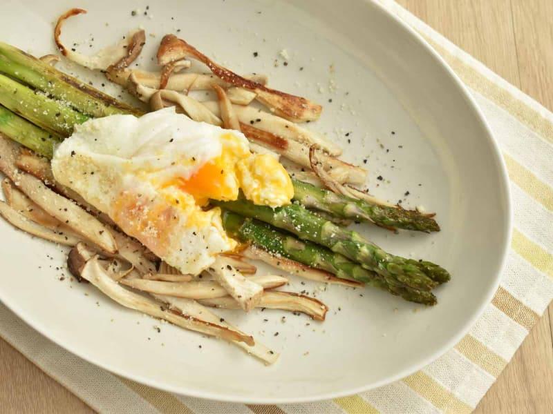 半熟卵をのせた温かいサラダ。メイン料理のような満足感がある1品です