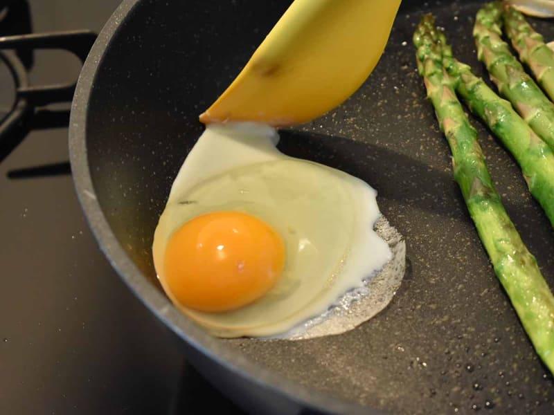 卵白が広がったら、丸い形に整えます