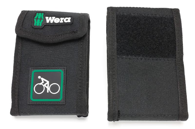 Wera「自転車 セット 1」のケース表裏。裏面上部には面ファスナーの柔らかい側があります。Weraはけっこう硬派な工具メーカーだと思いますが、このケースの自転車マークはちょっと楽しげ。ケース外寸は135×95×40mm(全長×全幅×高さ)で、工具を含めた重さは約260gと、自転車用の携帯工具セットとしては大きめ重め。ですが、筆者はWera製であることと、この楽しげな外見で購入してしまいました