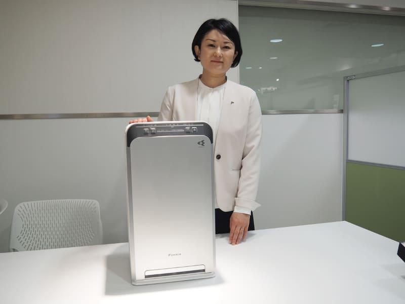 UVストリーマ空気清浄機の商品企画を担当したダイキン工業 東京支社 空調営業本部 事業戦略室の長内美鶴氏とUVストリーマ空気清浄機「ACB50X-S」
