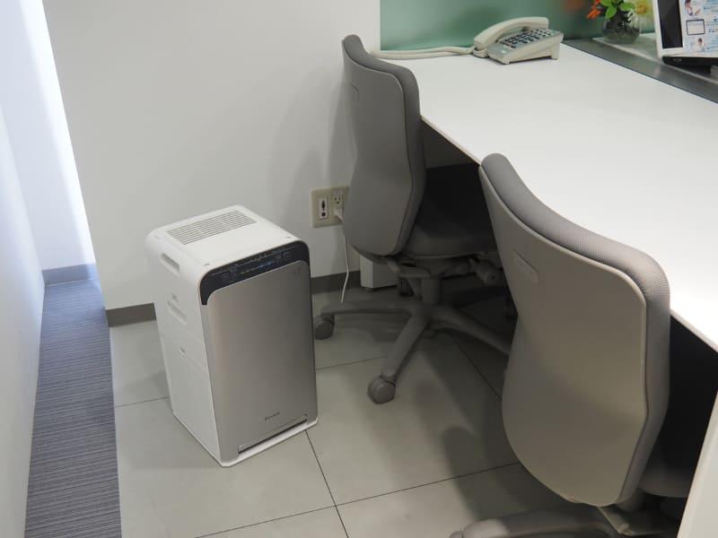 家庭はもちろん、小さなオフィスにも設置しやすいコンパクトサイズ。本体サイズは270×270×500mm(幅×奥行き×高さ)、本体重量は6.8kg。同社の家庭用フラッグシップ製品よりもかなり小さい