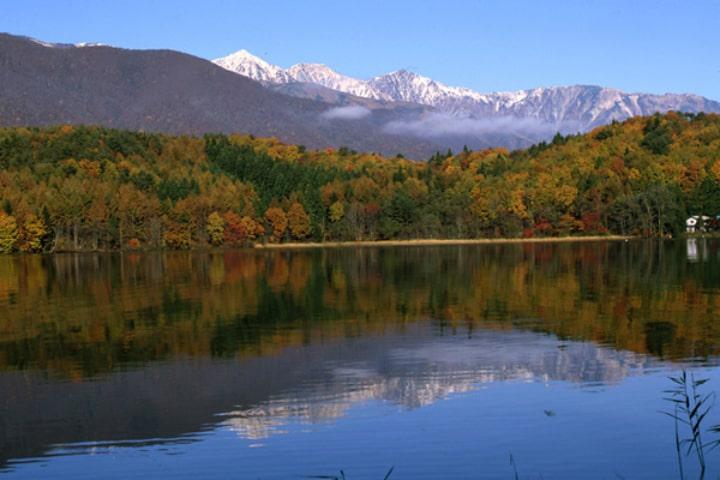 青く澄み切った透明度の高い青木湖