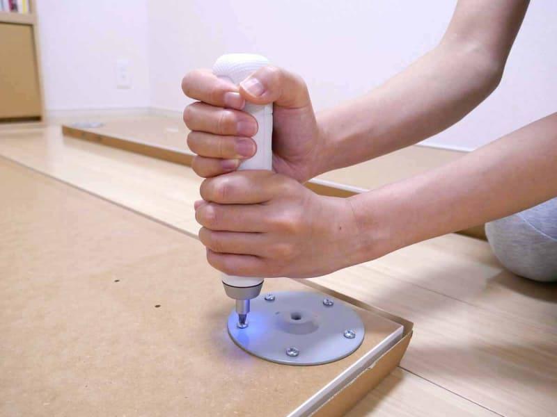 しっかり体重をかけて押し込むのがポイント。押し込むとライトが手元を照らしてくれる