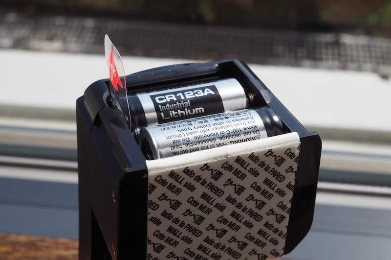 電池ボックスのシートを抜き取って通電させる