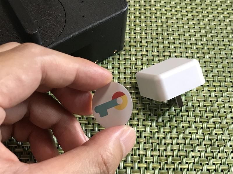 NFCタグ。設定して玄関ドアなどに貼り付けておけば、スマートフォンをかざすだけで解錠できる