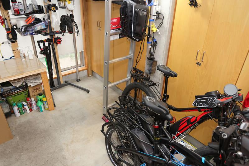玄関内は自転車置き場を兼ねた作業スペース。梅雨〜夏〜秋口は暑〜い!