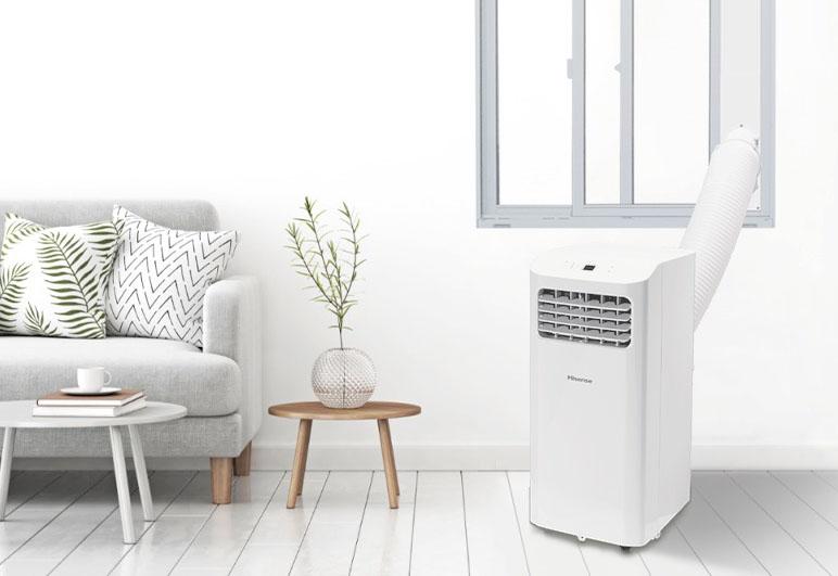 付属の排気ダクトや窓パネルなどを使い、HPAC-22Dからの熱を帯びた排気を窓から屋外に排出しているイメージ。縦幅150〜190cmの窓の場合、別売の「窓延長パネルセット(部品コード 2195615)」が必要