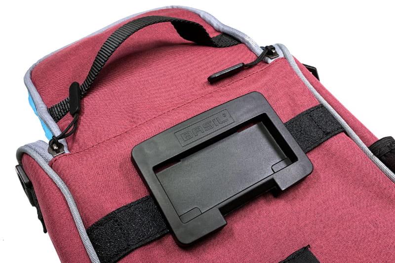 バッグの背面にKLICKfix対応の樹脂プレートがあり、これが自転車側のアタッチメントと合体します