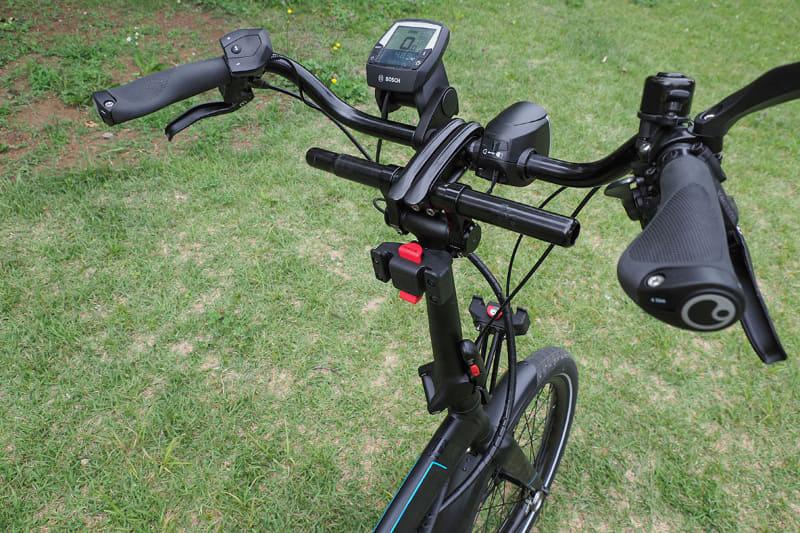 """このミニベロe-bikeのハンドル下部手前には<a href=""""http://www.g-style.ne.jp/item.php?brand_id=20&item_category_id=71"""" class=""""n"""" target=""""_blank"""">「キャディー」</a>と呼ばれるKLICKfixマウントも装着しています"""