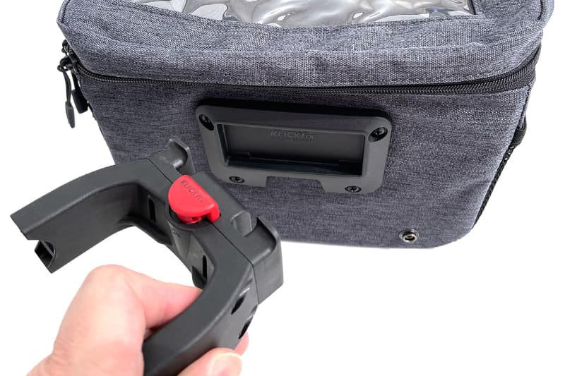 KLICKfixマウントの上部の爪とバッグのプレートが嵌合して合体するしくみ