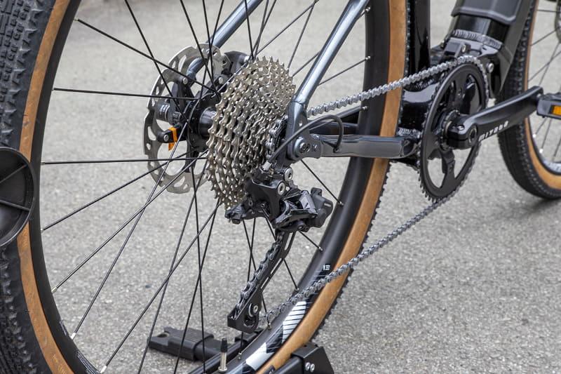 コンポーネンツはグラベルロードバイク向けのシマノ製「GRX」が採用されている
