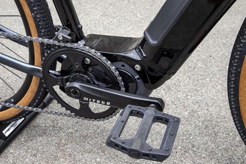 現行型はシマノ製クランクだったが新型はミヤタ製に変更されていた。ペダルは標準付属となる。幅広でかなり踏みやすい