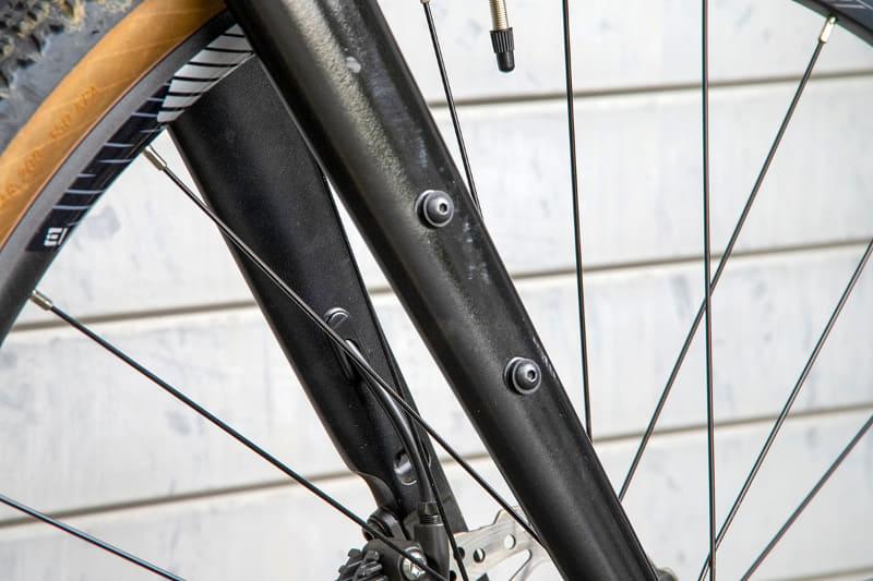 フロントフォークの塗装がマット系になっているが、これはプロトタイプゆえ。現行型同様、左右のフォークにはケージが付けられるダボ穴が付く
