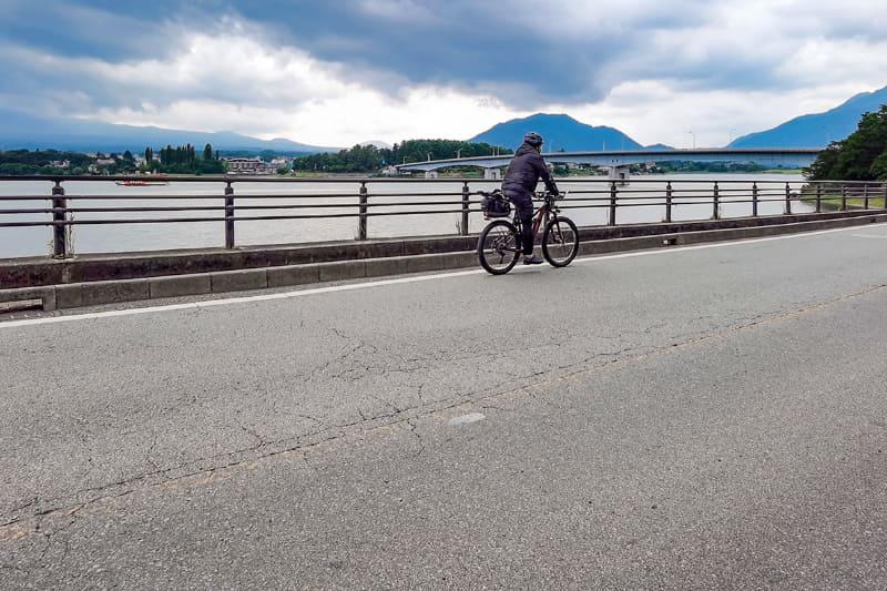河口湖はその周囲を道路が走っており、湖畔を眺めつつのサイクリングを楽しめます。雲がなければ富士山を間近に見ることができます