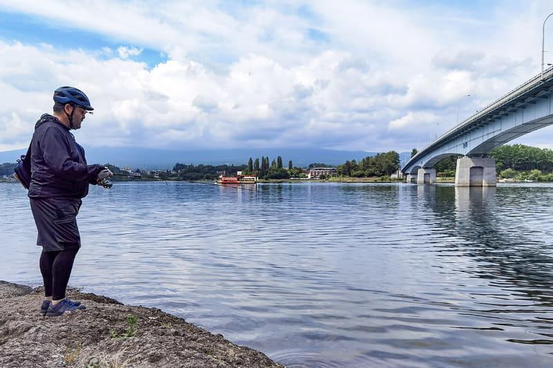ちょっと良さそうなポイントに寄って、さっそくフィッシング。湖畔にe-bikeを駐め、十数メートル歩けば釣りポイントなので、とても気軽&手軽に釣りができる♪