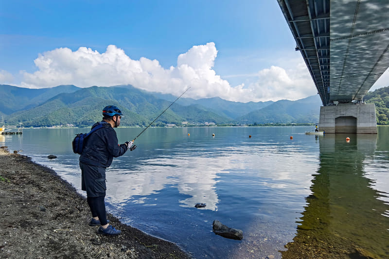 再びフィッシング。すっご~く釣れそうで、目の前を魚が通り過ぎたりもしますが……結果、釣れませんでした。残念!!! じゃあ、また次のポイントを目指してe-bikeサイクリングを楽しみましょう~♪