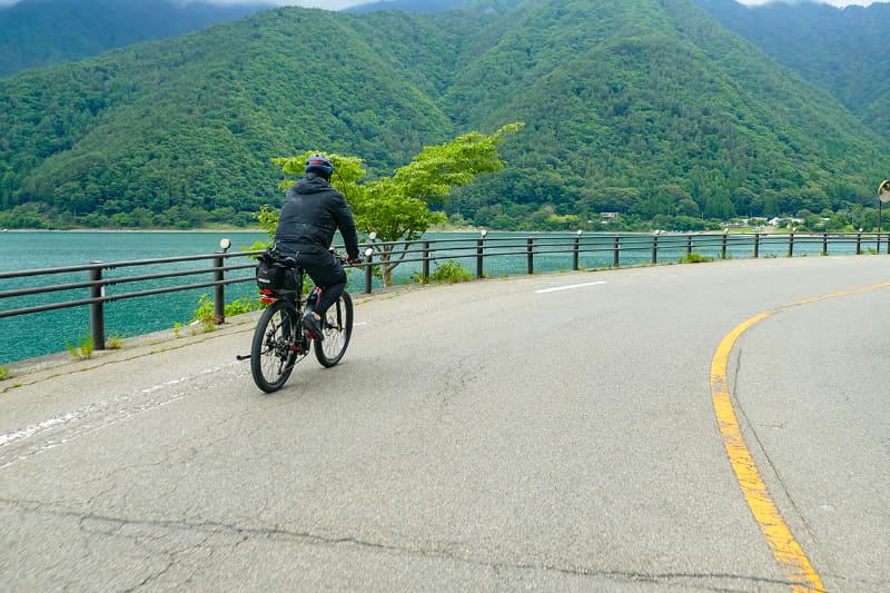 河口湖畔を軽快に走ります。釣り歩きつつ、e-bikeサイクリング。これかなりイイですよ~。楽しいし爽快だし~♪ でも、そろそろ空腹になってきました